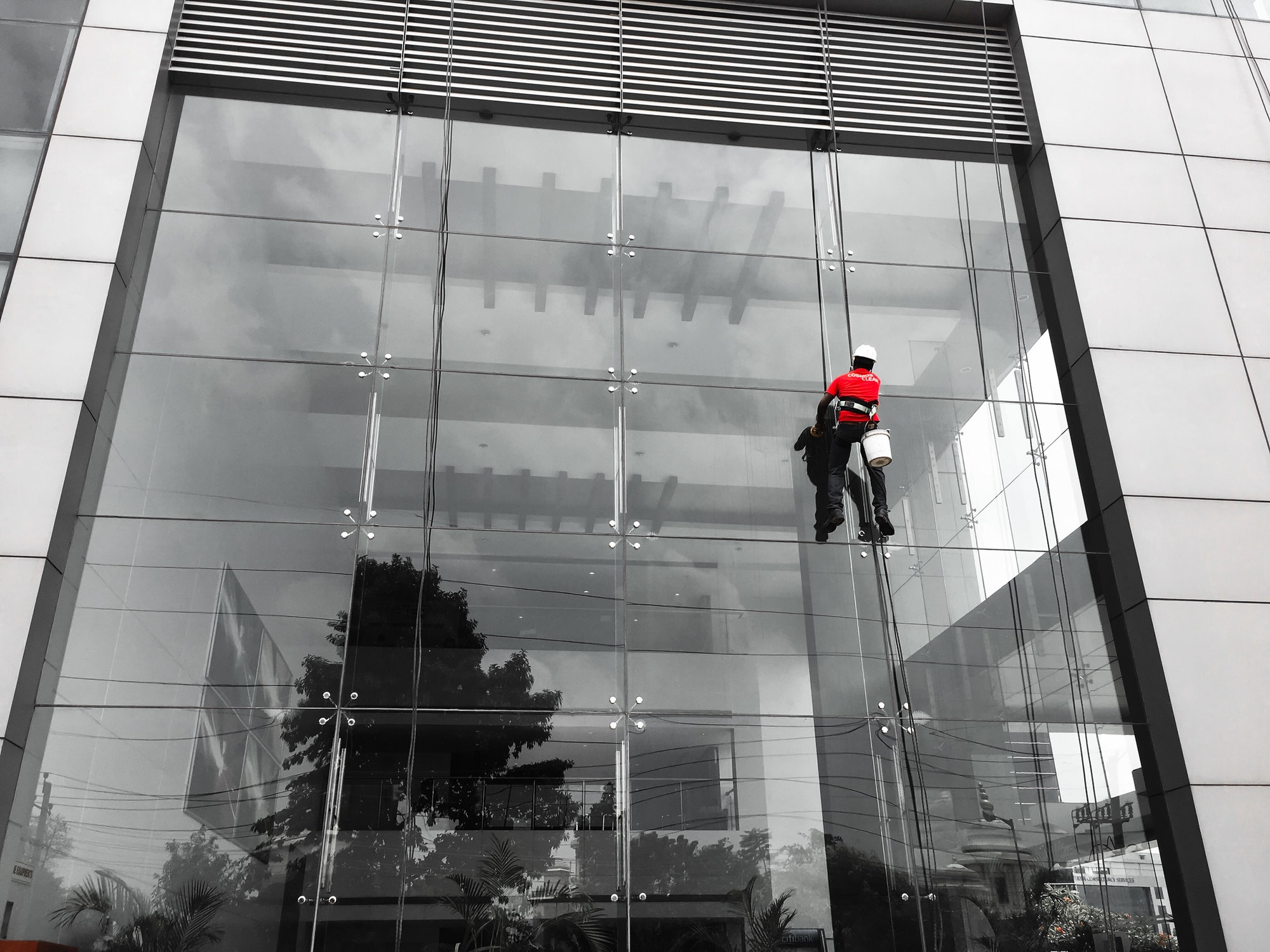 Glass building cleaning services